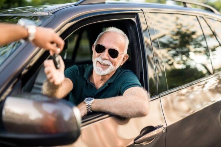 hombre-coche-trafico-automotor-transferencia-vehiculo