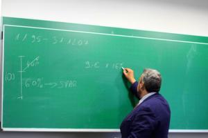 requisitos-profesor-secundaria-argentina-profesor-dando-clases-instituto