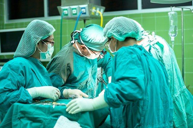 medicos-doctores-sanitarios-operacion-etica-profesional